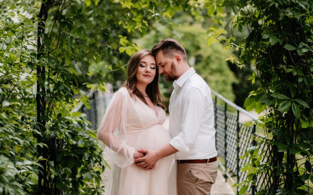 Dobór odpowiedniego fotografa na sesję ciążową – dlaczego klientki wybierają Fotorodzinka.pl? | Sesja ciążowa Patrycji w Parku w Radziejowicach