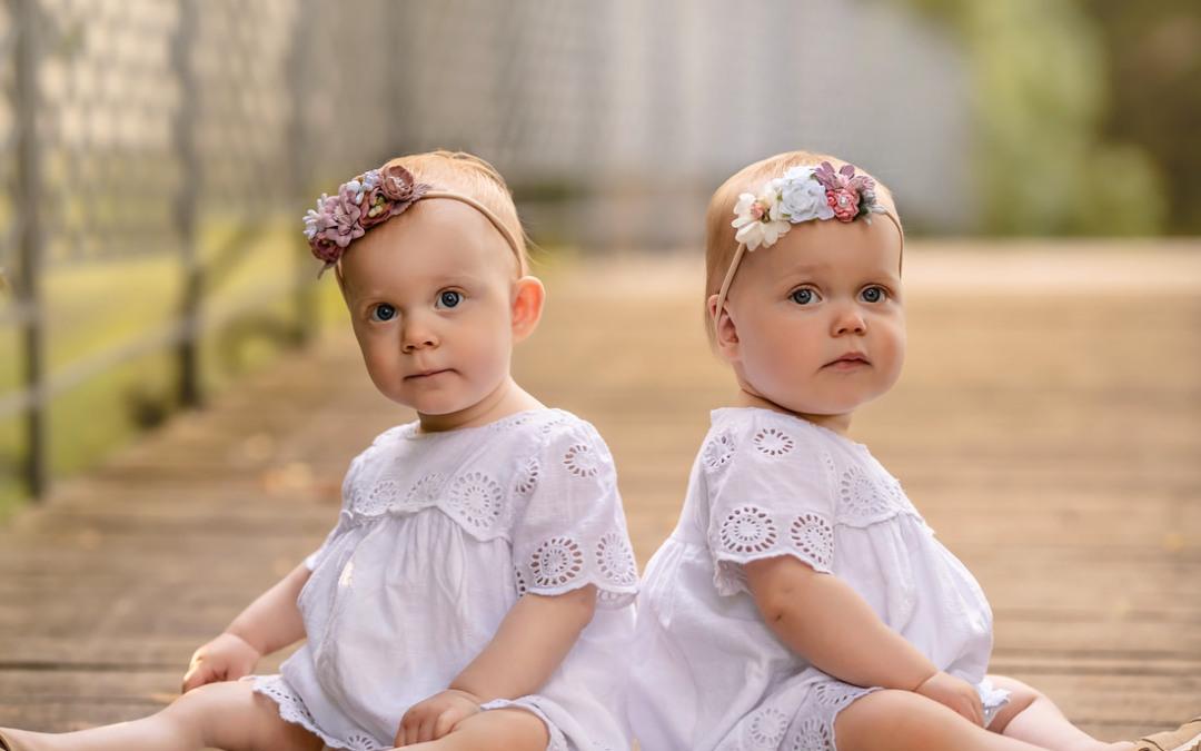 Dziecięca sesja plenerowa bliźniaczek | 2 cudowne sprzeczności
