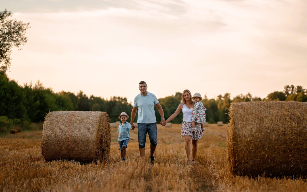 Pomysł na sesję rodzinną w plenerze – jak lato to tylko na polu wśród snopków siana!